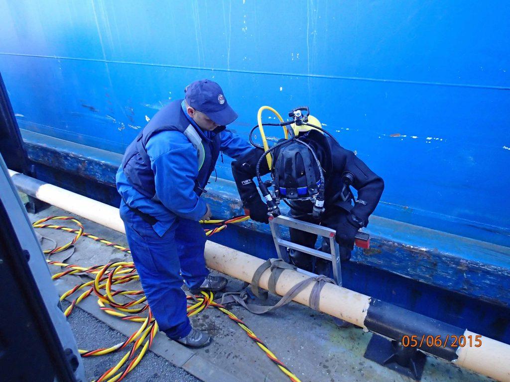 Очистка кингстонных решеток парома Усть-Луга
